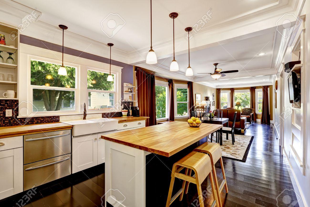 gabinete de la cocina blanca con blancos isla de cocina con encimera de madera