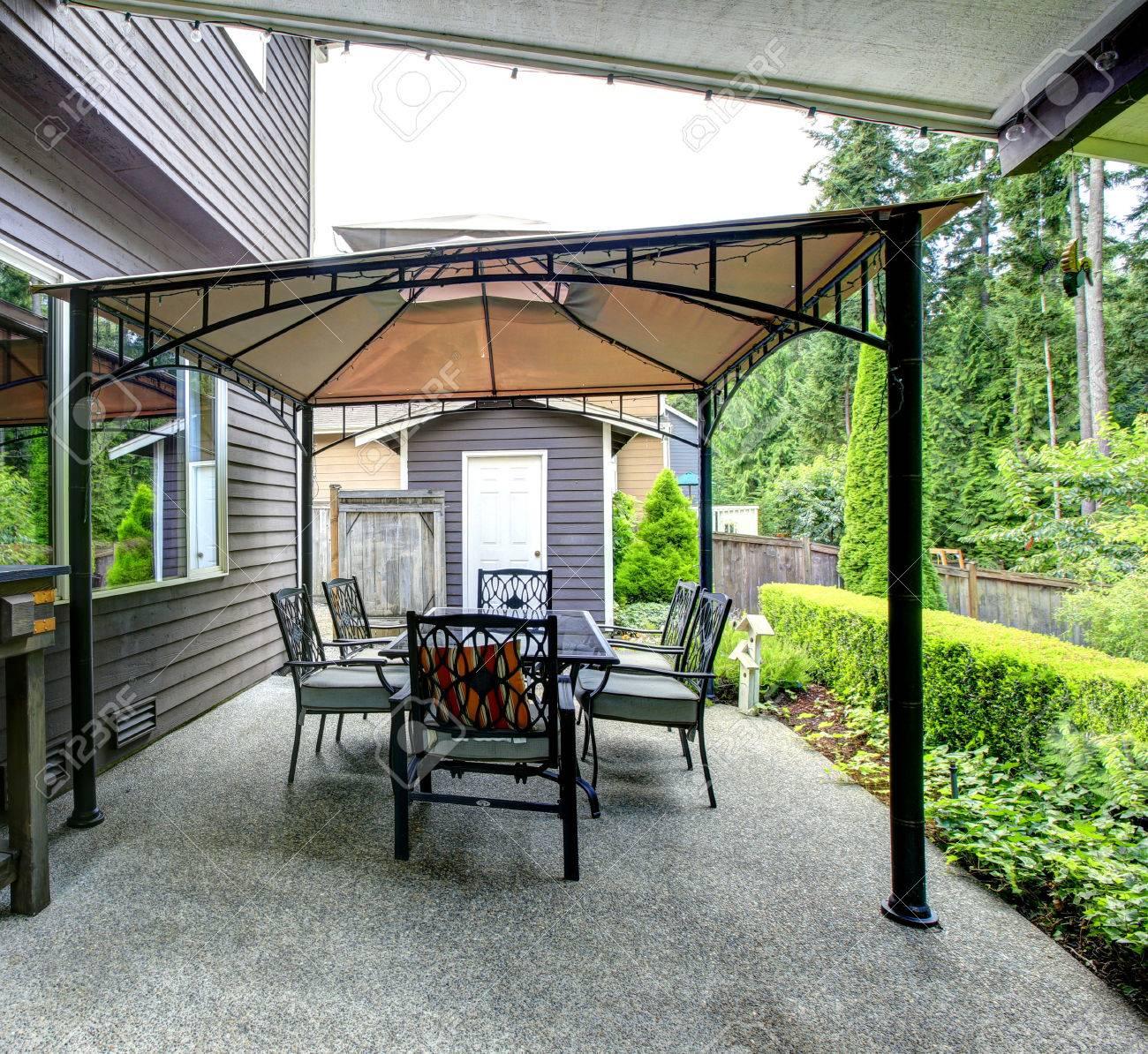 Mit Pavillon, Terrasse Und Holzgehäuse Mit Flaschen Backayrd ...