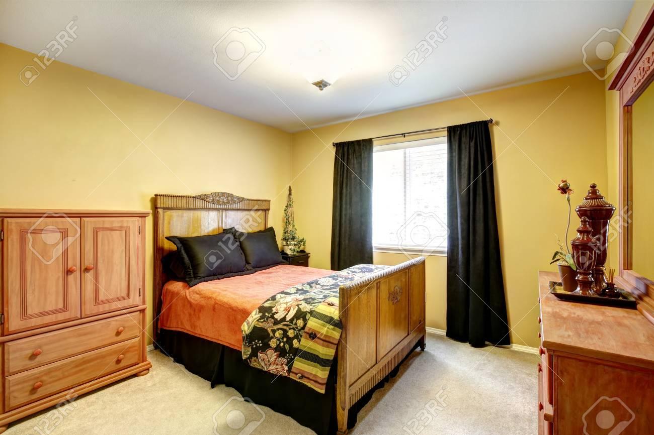 Letto Rustico Legno : Luminosa camera gialla iwth rustico letto in legno intagliato