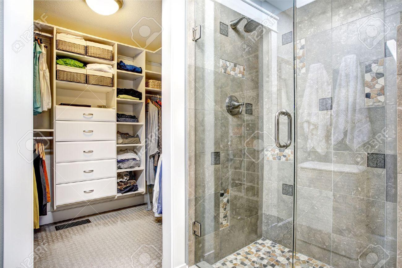 Modernes Badezimmer Innenraum Mit Glastür Dusche Und Begehbarem  Kleiderschrank Standard Bild   31616124