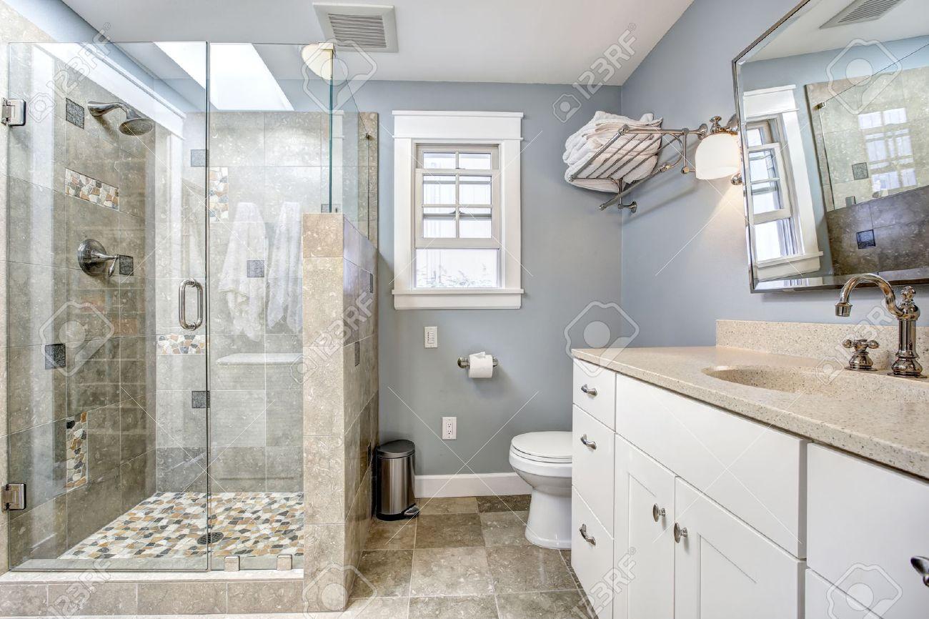 Ljusblå modern badrumsinredning med glasdörr dusch och vitt skåp ...