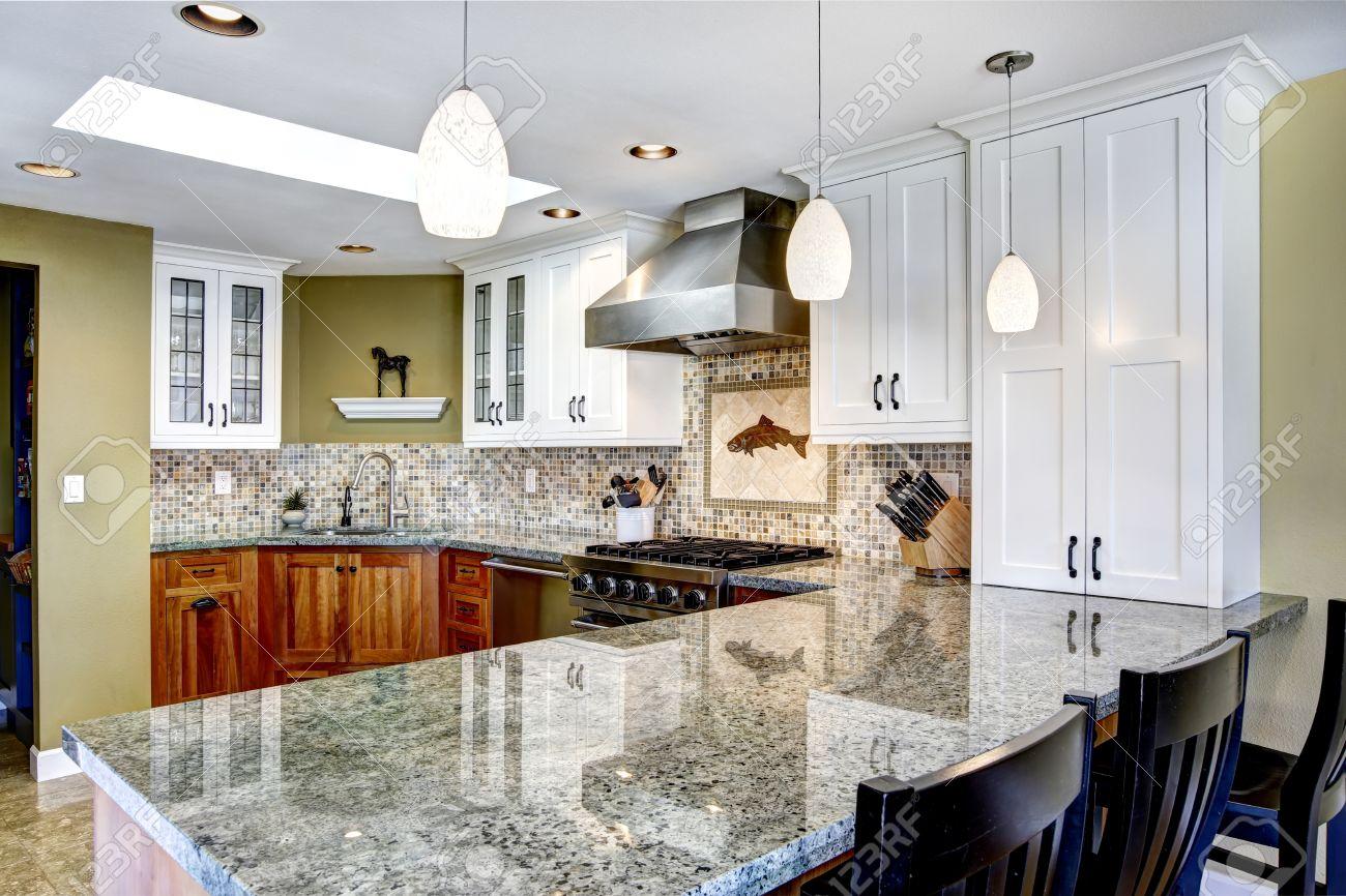 Modern interieur huis. witte en bruine keuken kamer met glanzende