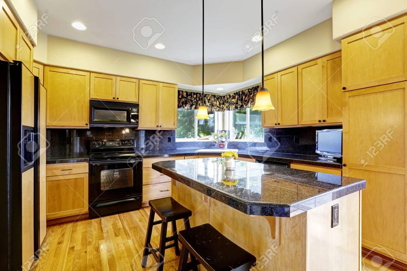 Küche Zimmer Mit Schwarzen Fliesen Backsplash Trimmen, Granitplatten Und  Schwarz Geräte Standard Bild