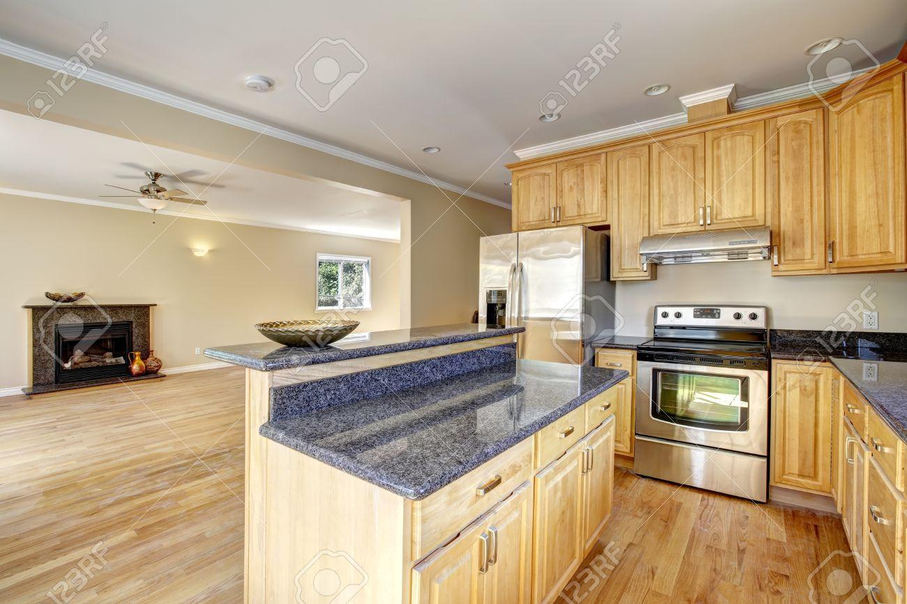 angolo cucina nella casa vuota. isola cucina con piano in granito ... - Soggiorno Cucina Con Camino