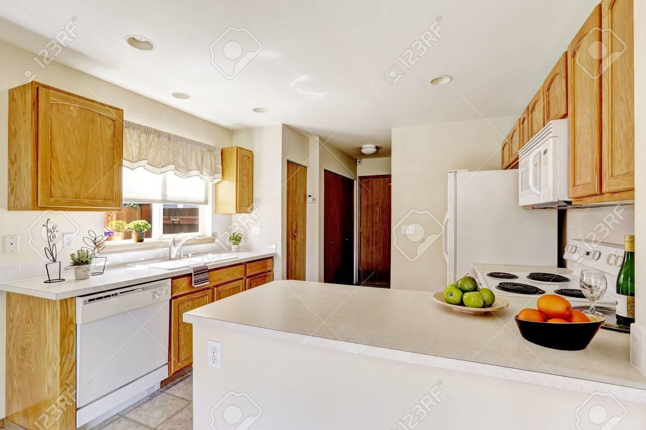 Einfache Küche Interieur In Helle Weiße Farbe Mit Schränke Aus Holz ...