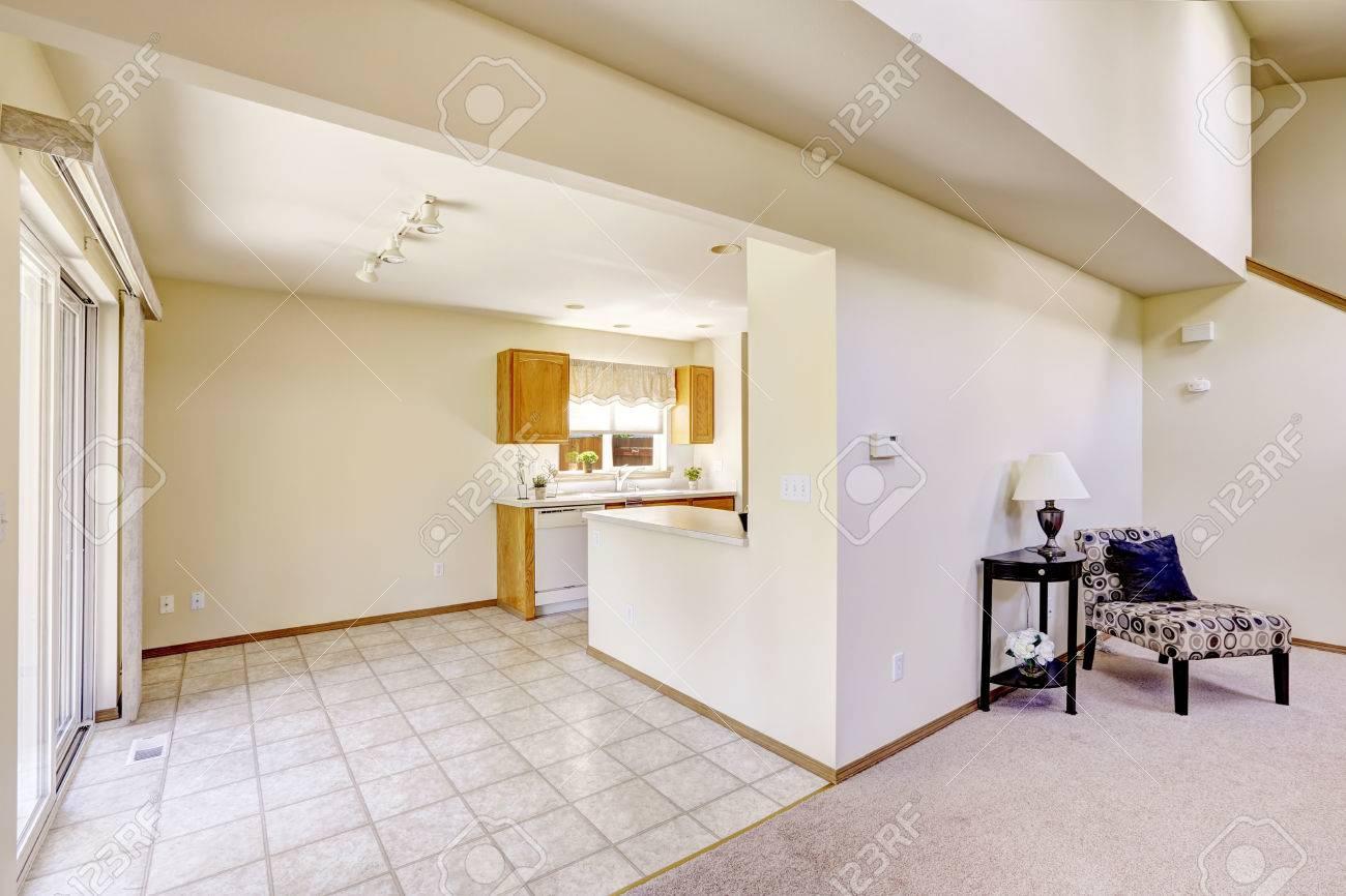Les Chambres Lumineuses Dans La Maison Vide Coin Cuisine Avec