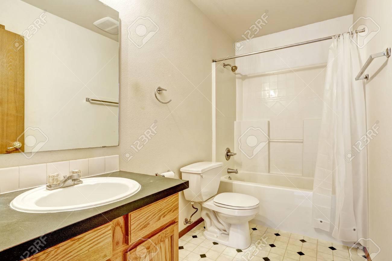 Einfaches Badezimmer Interieur Mit PVC-Boden, Holzschrank Mit ...