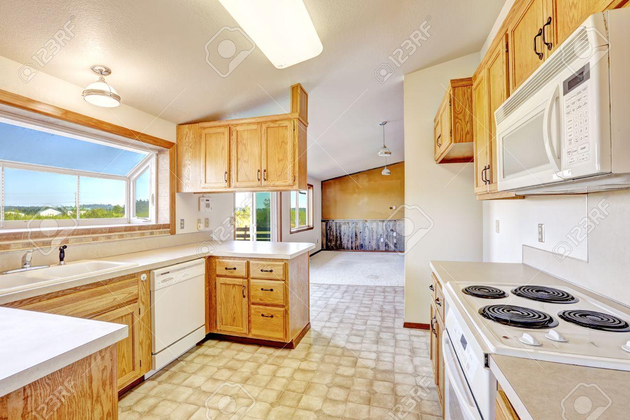 Keuken Met Dakraam : Huis interieur platteland. brigth keuken kamer met gewelfd ceilign