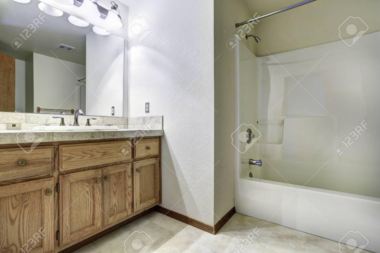 Geräumiges Badezimmer Innenraum Mit Badewanne. Holzschrank Mit ...