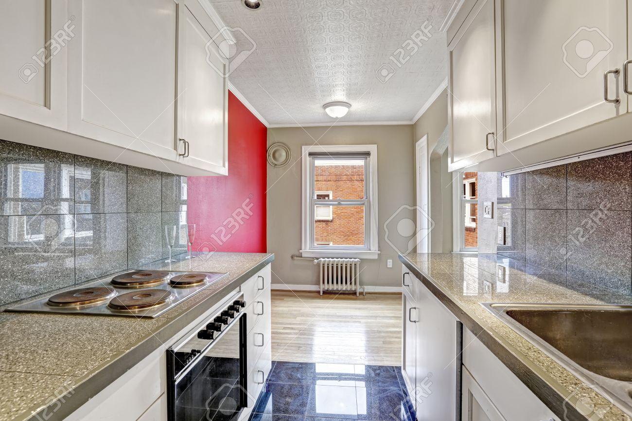 Witte keuken kasten met grijze tegel wand trim en tegelvloer. lege ...