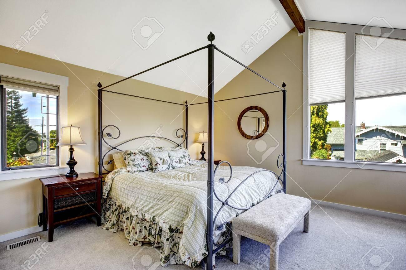 Schlafzimmer Mit Hohen Eisenrahmen-Bett Und Deckengewölbe ...