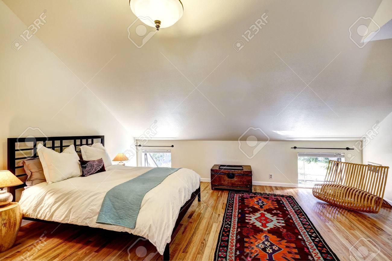 Geräumiges Schlafzimmer Mit Hohen, Gewölbten Decke, Französisches ...
