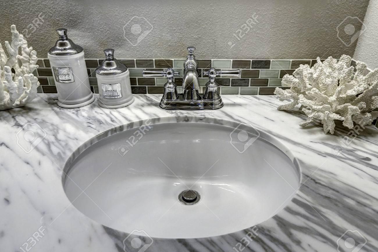 Modernes Badezimmer Waschbeckenunterschrank Mit Weissem Granit Sink