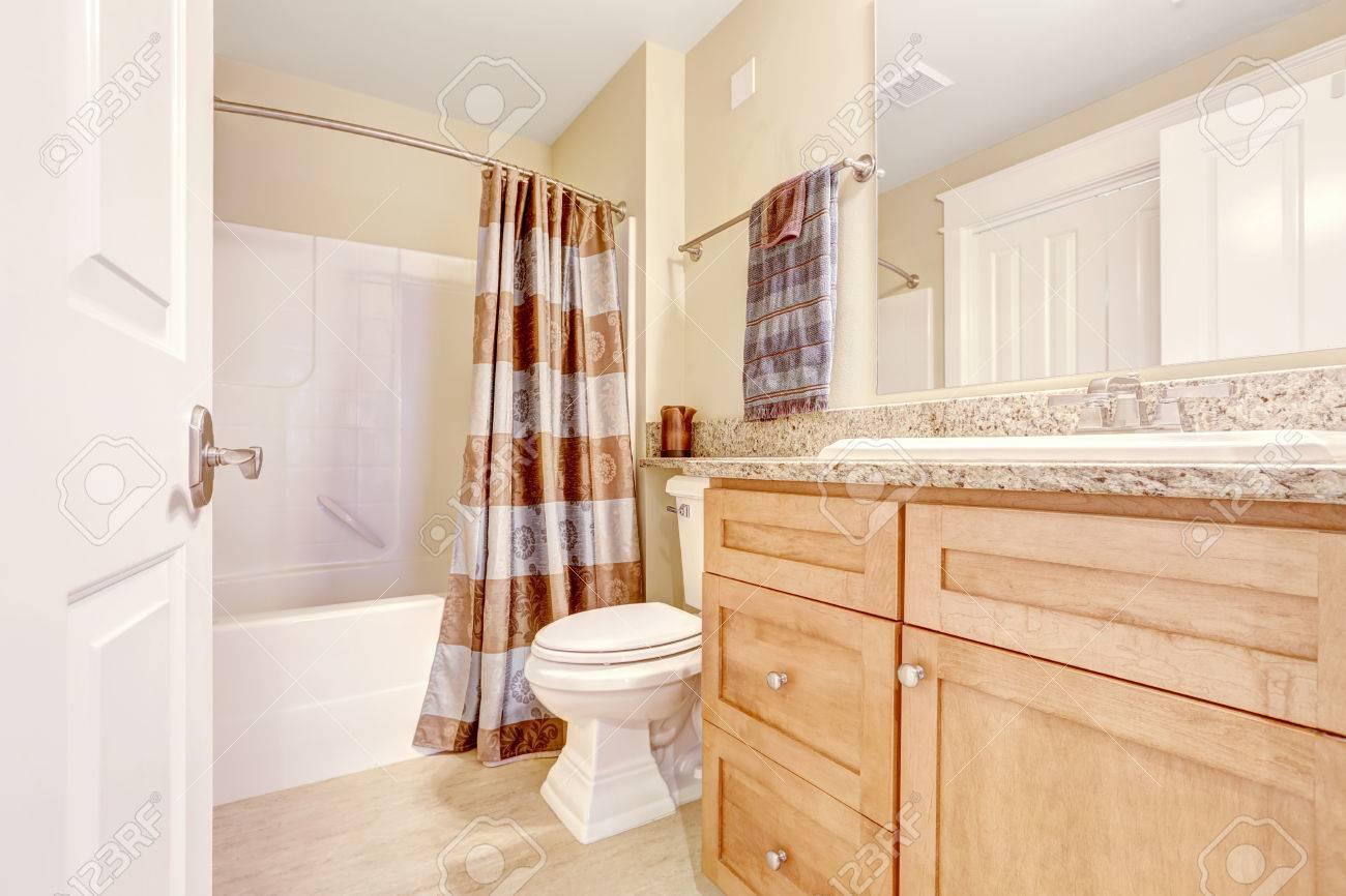 Elfenbein Badezimmer Mit Hellbraun Schrank Und Braune Vorhange