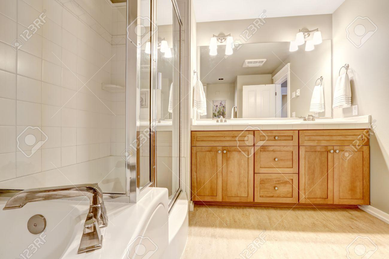 blanco brillante cuarto de bao interior baera con ducha puerta de cristal y mueble tocador