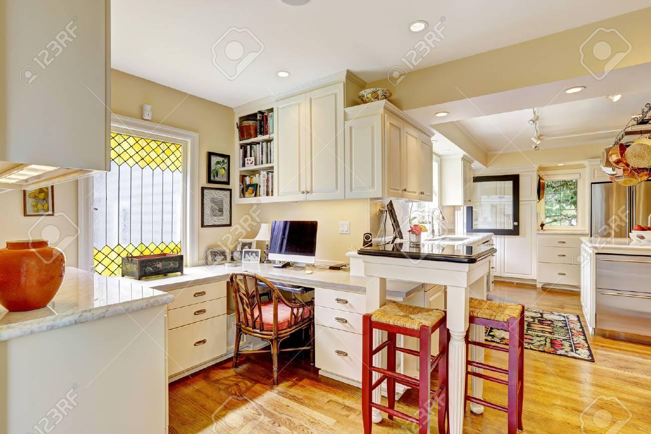 Cozy Büro Mit Weißen Schränken Und Schreibtisch In Der Küche Zimmer ...