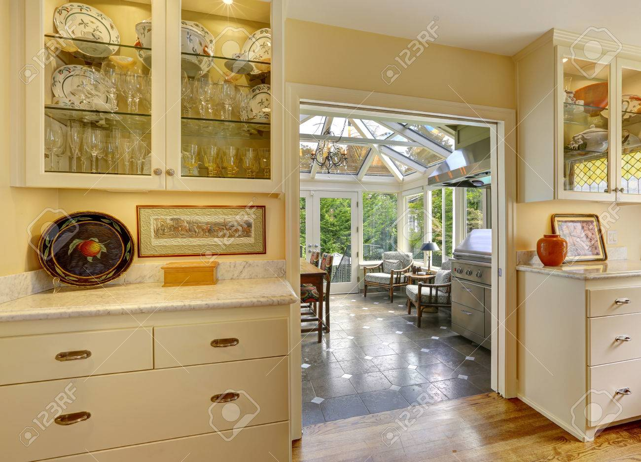 Sala Cucina Con Uscita Sul Patio In Veranda. Cucine Con Ante In ...