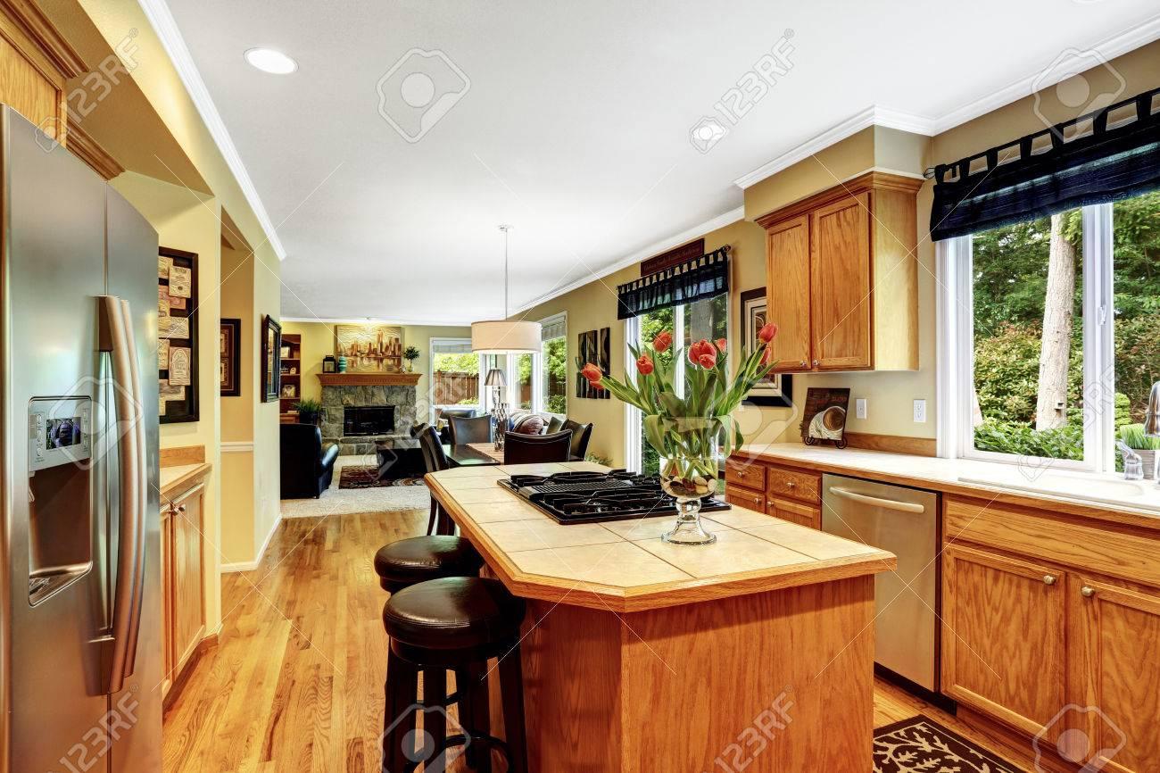 Küche In Luxus-Haus. Kücheninsel Mit Eingebautem Herd Und Zwei ...