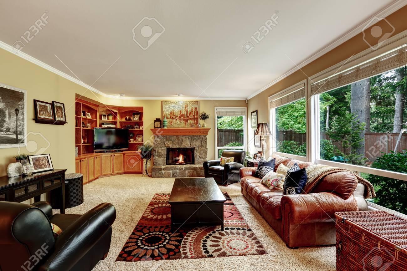 Leren Bank En Fauteuil.Luxe Familie Kamer Met Gezellige Stenen Bijgesneden Open Haard