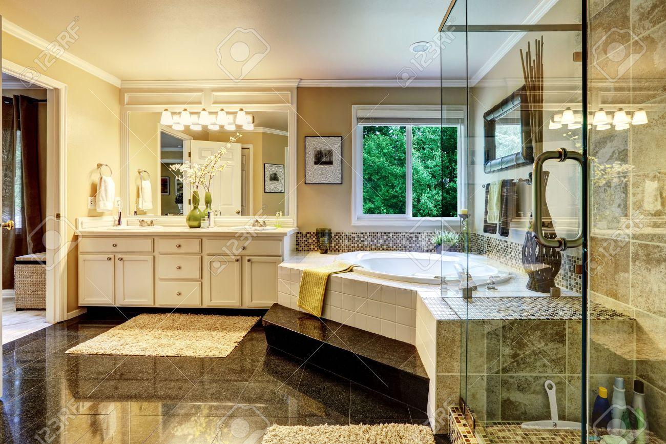 Intérieur de salle de bains de luxe avec baignoire d\'angle et douche en  verre transparent