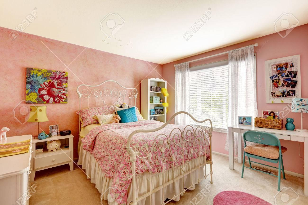 Knusse slaapkamer interieur in roze kleur met witte ijzeren bed ...