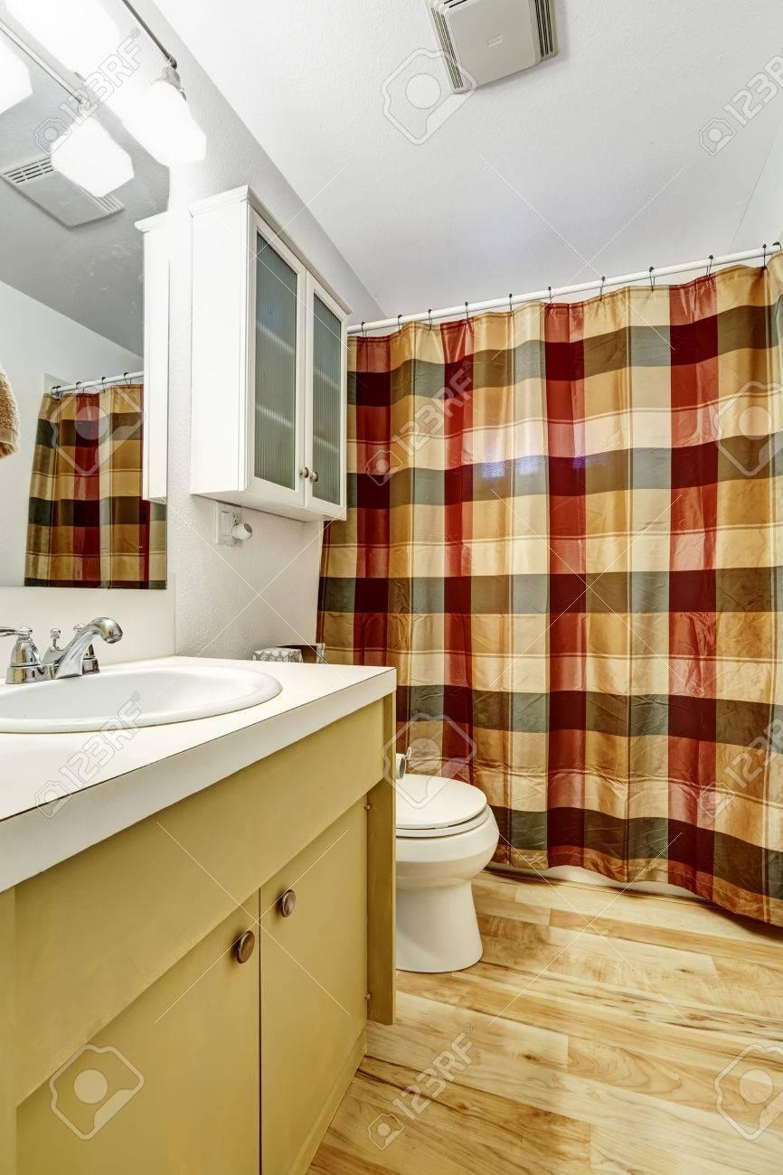 Salle De Bain Avec Bois salle de bain avec plancher de bois franc, mur blanc et rideau coloré