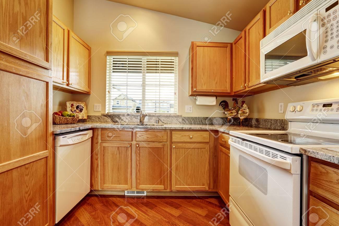 Kleine Küche Mit Granit Topes Und Weiße Ware Lizenzfreie Fotos ...