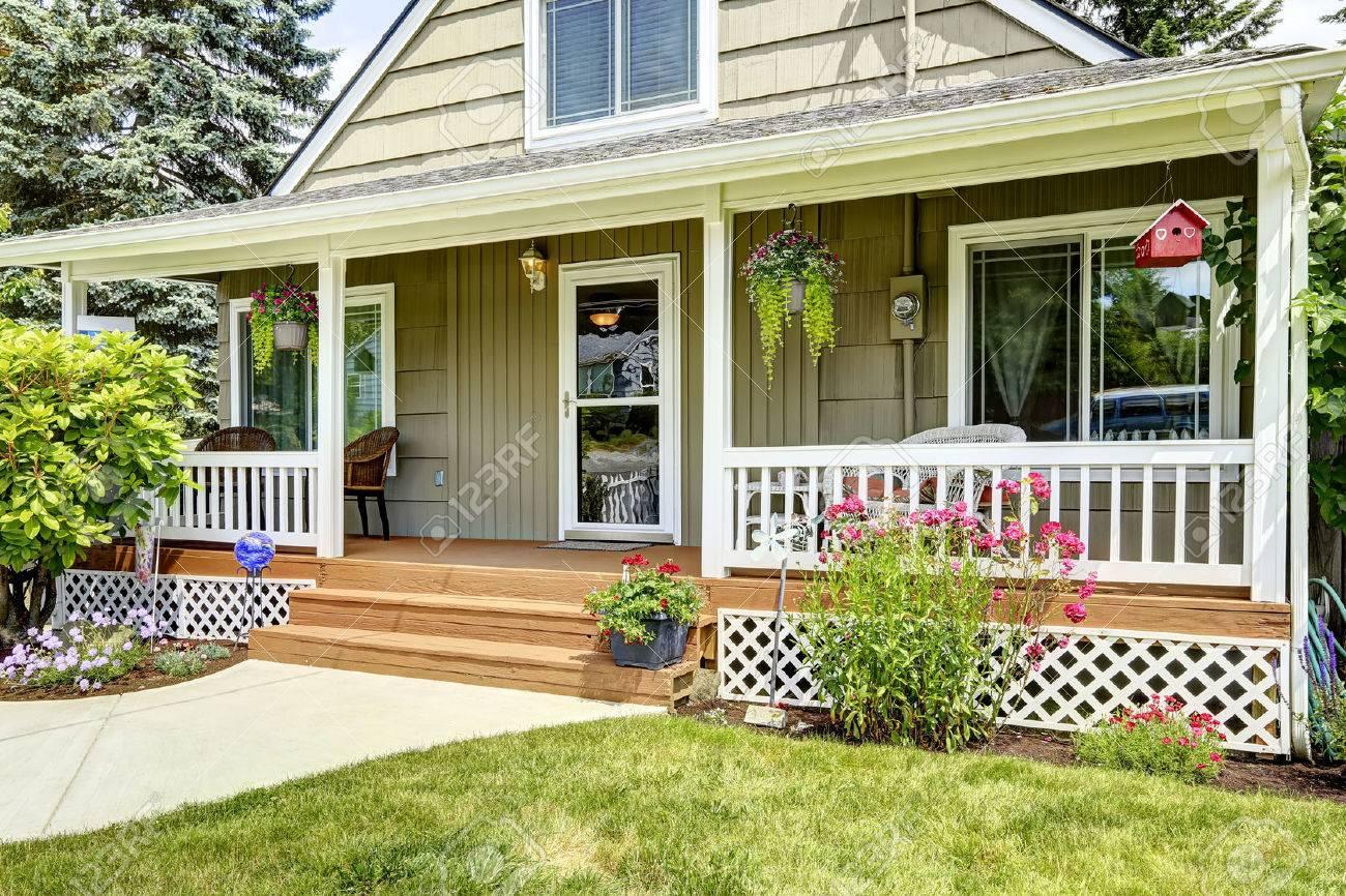 Porche Bois Maison maison avec porche d'entrée confortable. balustrades blanches se