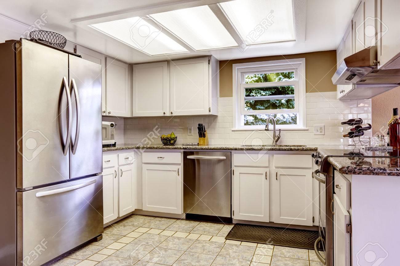 Blanco Cocina Con Slylight Y Pequeña Ventana. Gabinetes Blancos ...