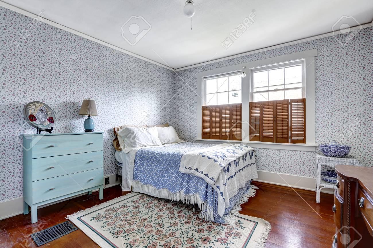 Vecchio interiore camera da letto di moda carta da parati con la luce blu e  menta comò