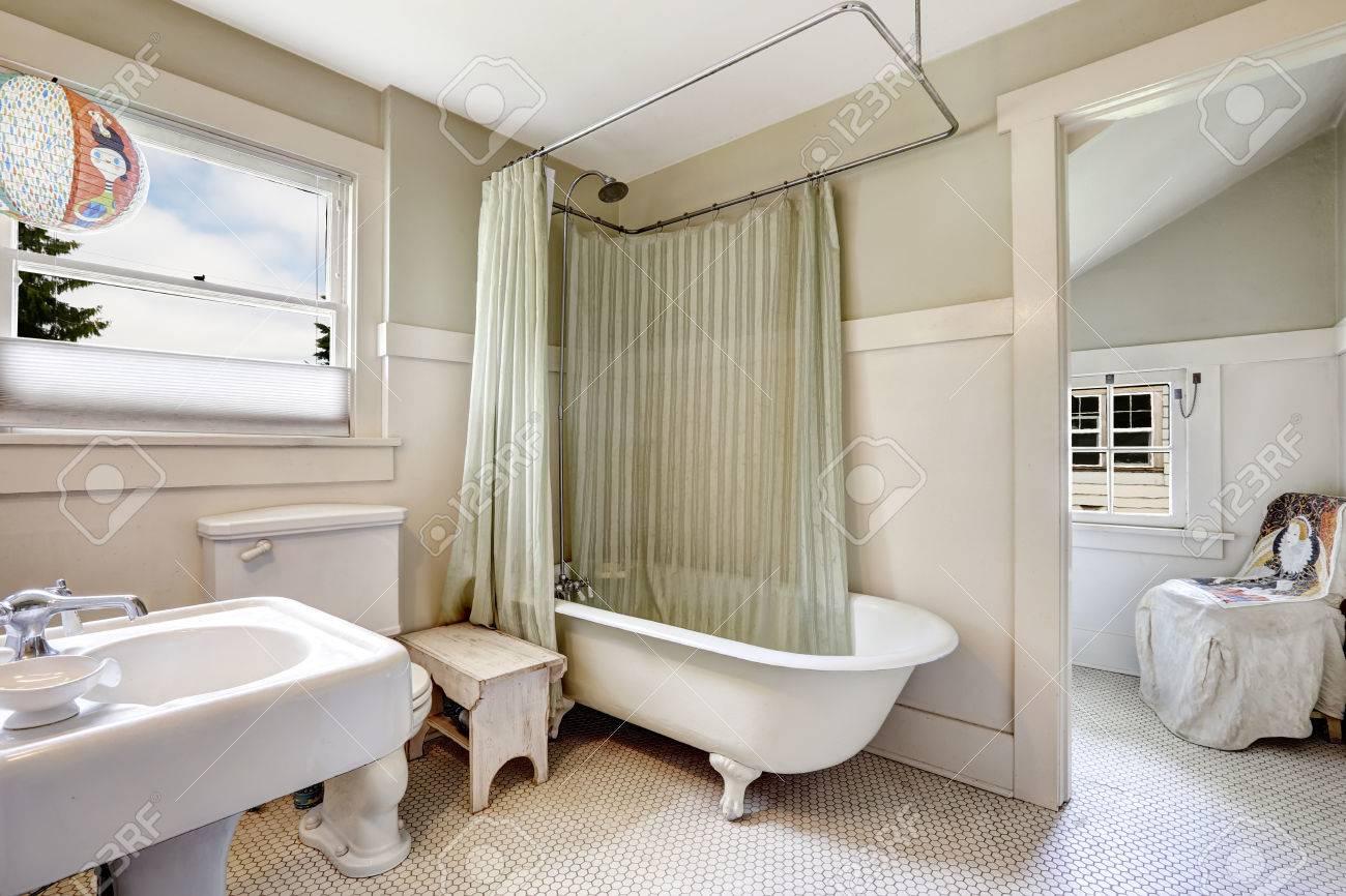 Badezimmer In Hellen Grunen Ton Mit Weisser Ordnung Im Alten Haus