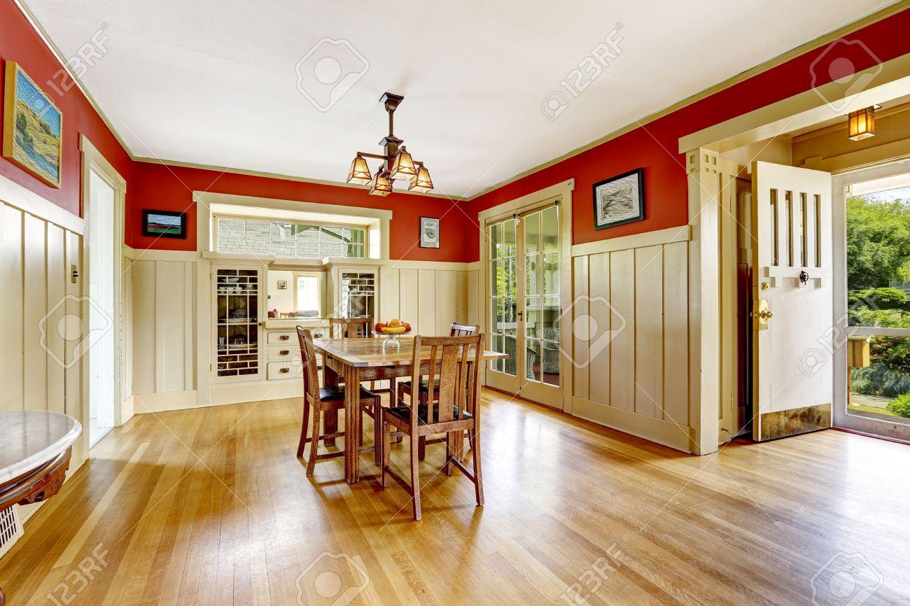 Salle à Manger Dans La Vieille Maison Avec Garniture De Mur Rouge Et ...