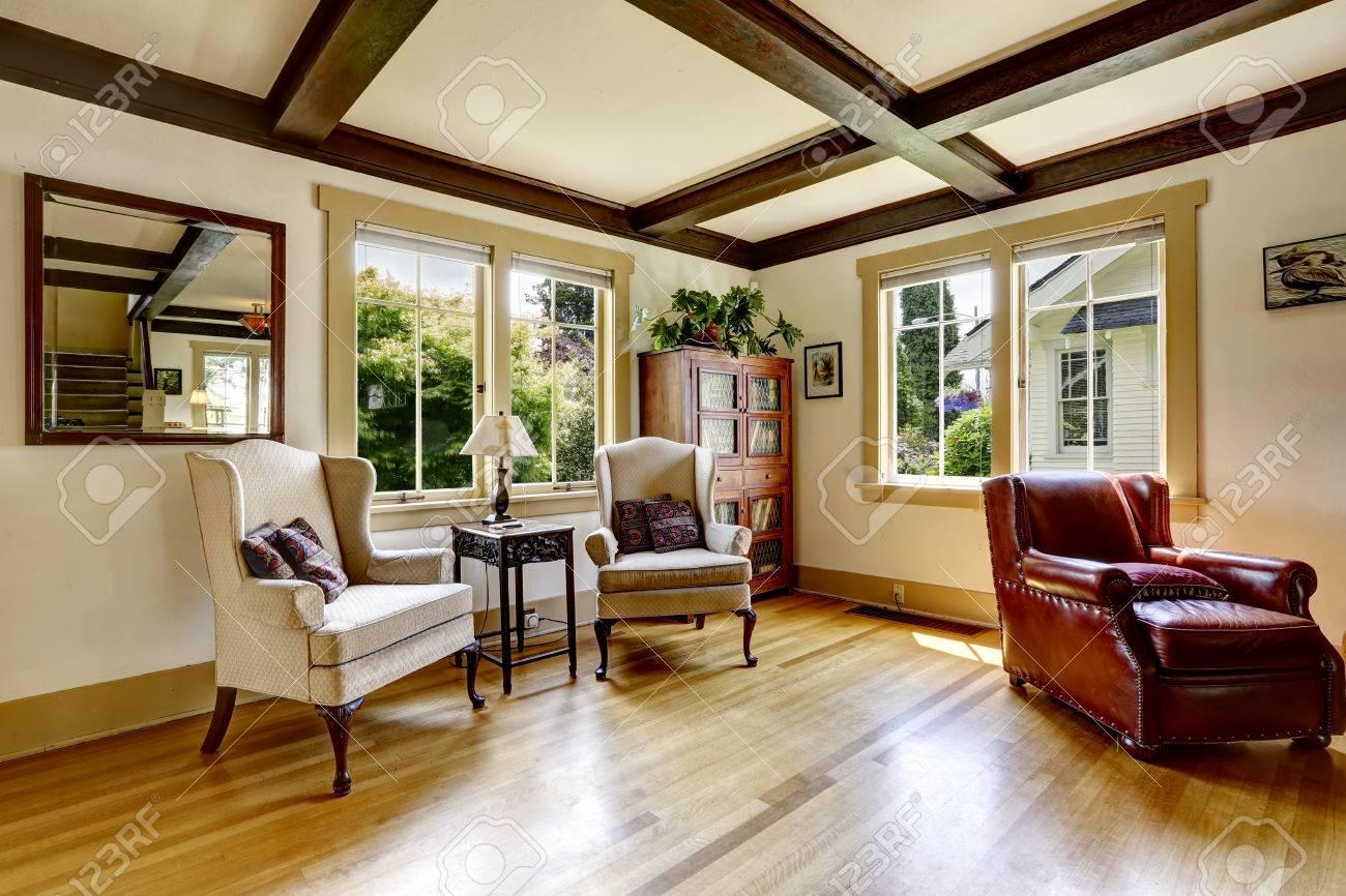 Standard Bild   Wohnzimmer Mit Sitzecke. Bequeme Ledersessel Und Zwei  Antike Stühle Mit Kleinem Tisch