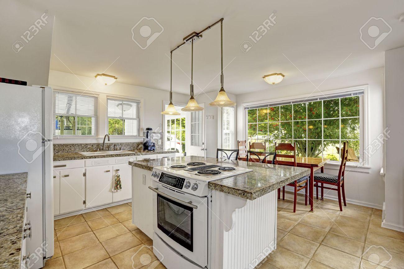 Weiße Küche Zimmer Mit Granitplatten. Kücheninsel Mit Eingebautem ...