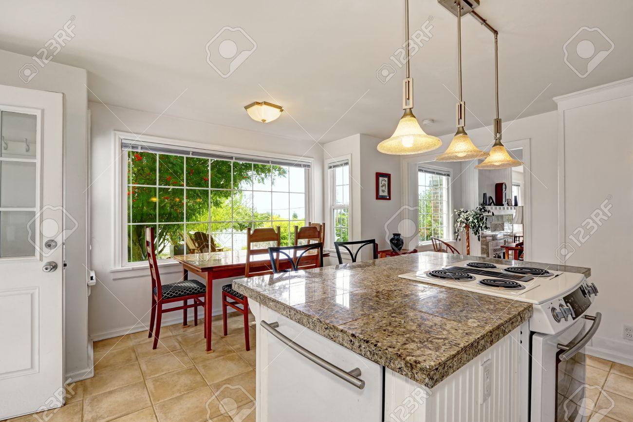banque dimages blanc salle de cuisine avec des sommets de granit lot de cuisine avec pole intgr vue de salle manger avec une grande fentre - Cuisine En L Avec Ilot Et Fenetre