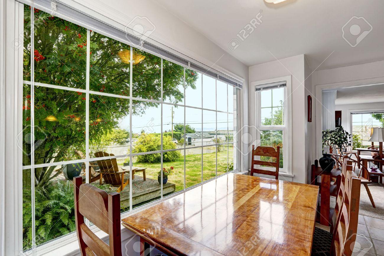 Helle Essbereich Mit Großen Französisch-Fenster. Hinterhofansicht ...