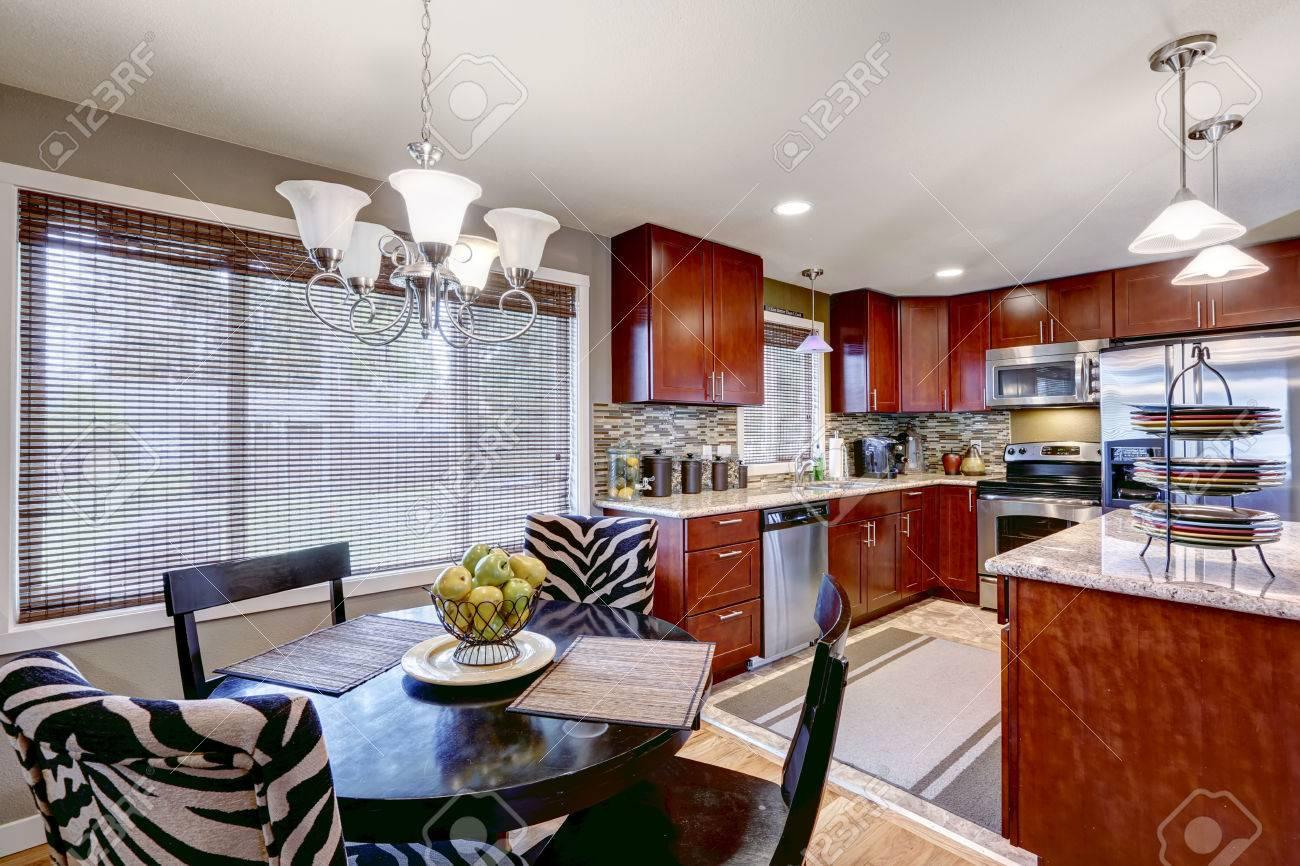 Interior De La Cocina Moderna Con Gabinetes De Madera Brillantes Y ...