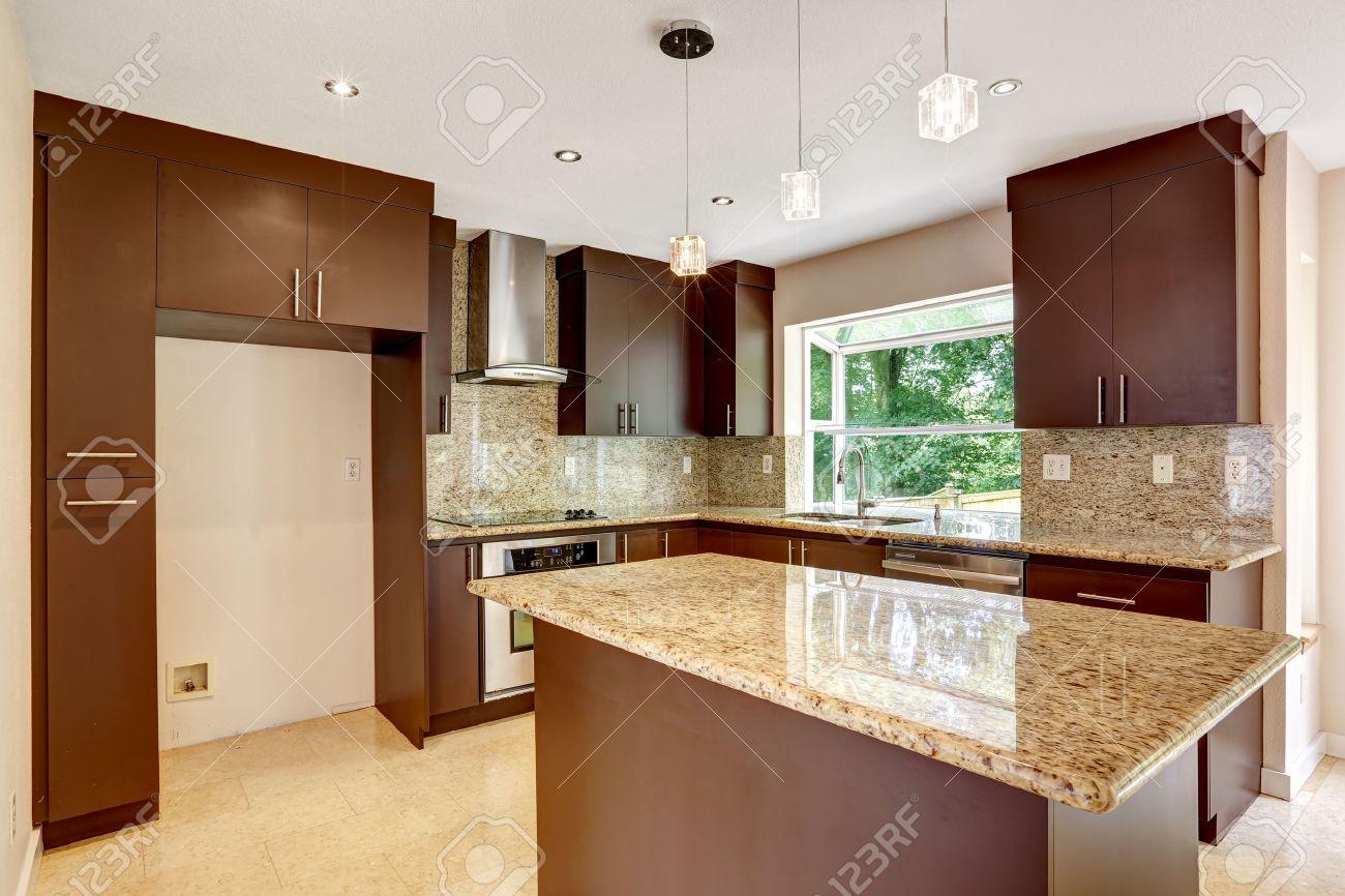 moderna sala de cocina con gabinetes mate marrn encimeras de granito brillante cocina de