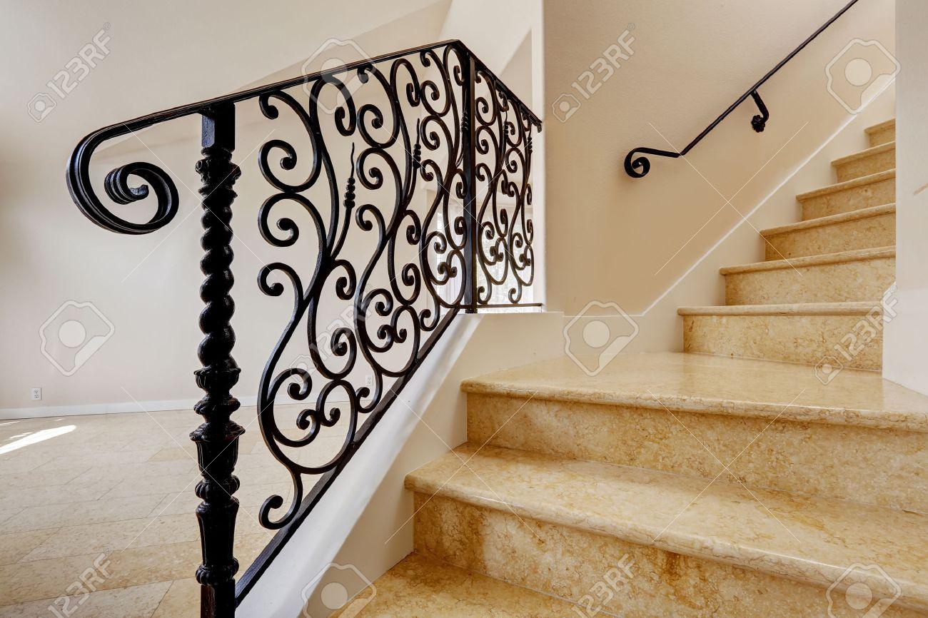 barandas interior de la casa con piso de baldosas emtpy brillante escalera de mrmol