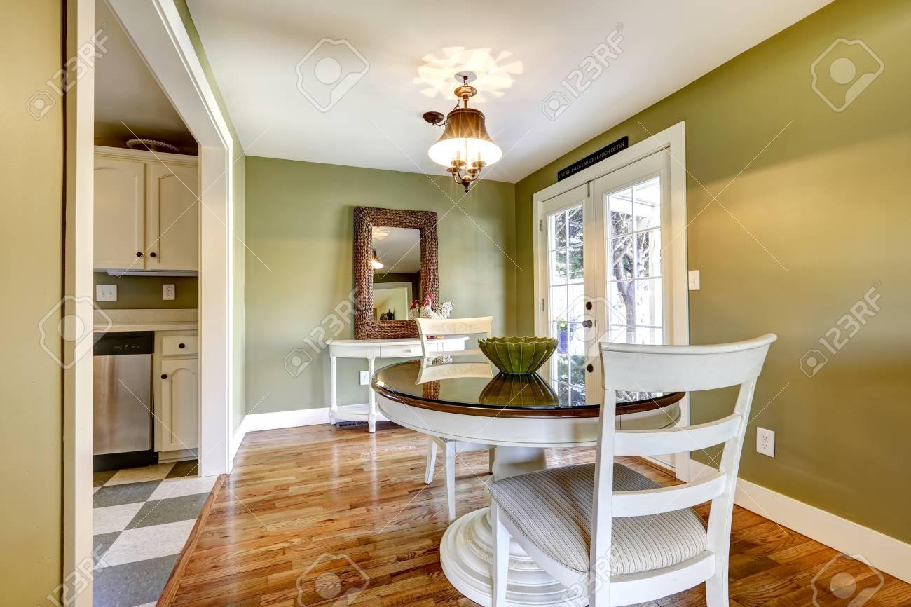 Esstisch Im Wohnzimmer Mit Grüne Wand Und Weißen Französisch Tür Gesetzt  Standard Bild 32039926