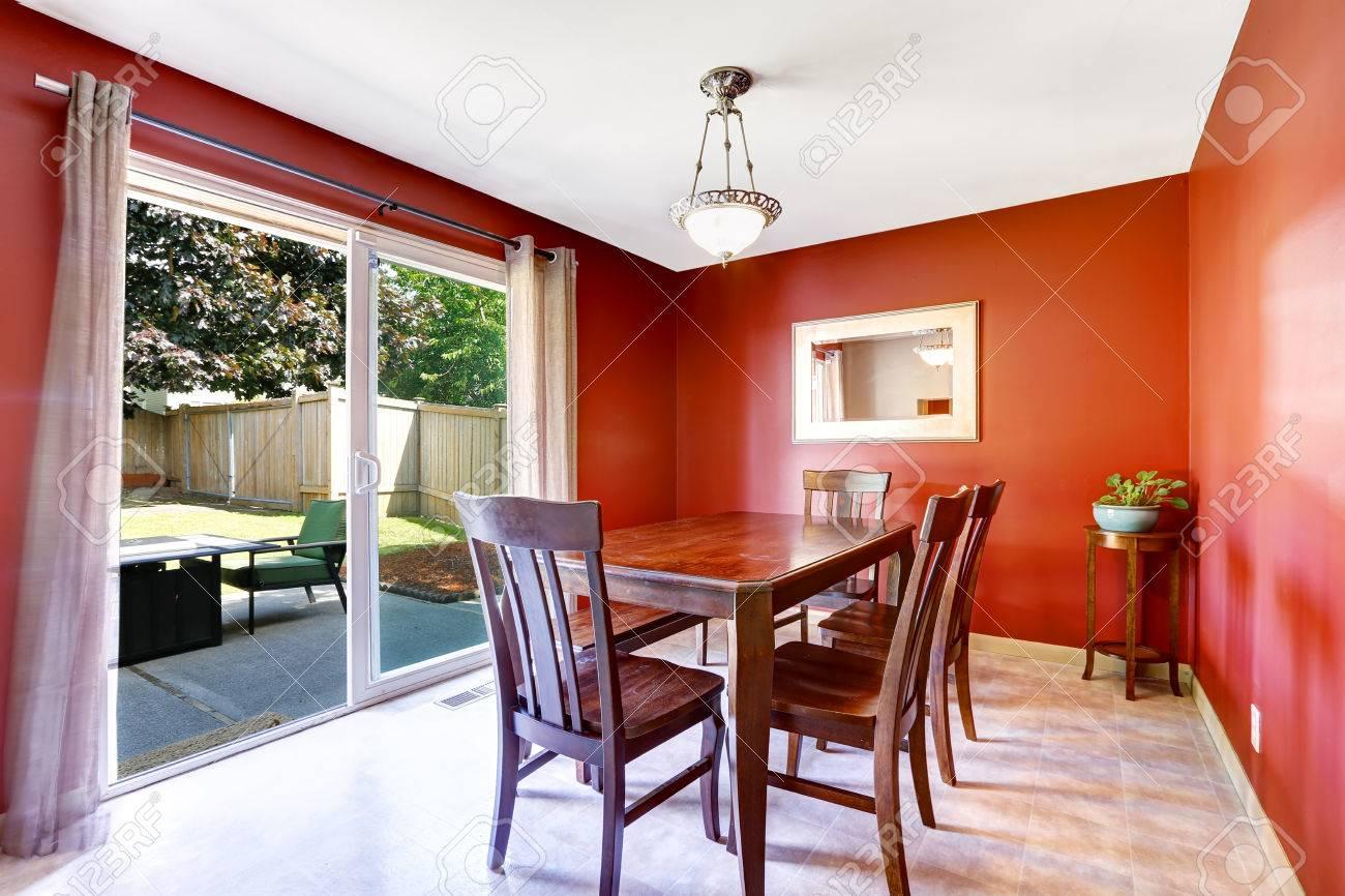 Salle à manger avec des murs rouge vif et débrayage patio. vieux ...