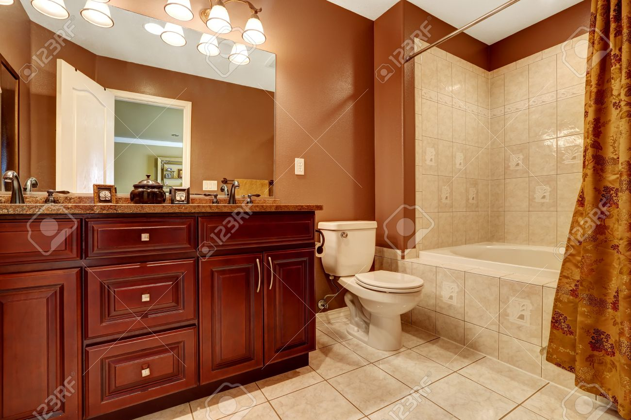Badrum i brun färg med beige kakelplattor. modern trälåda med ...