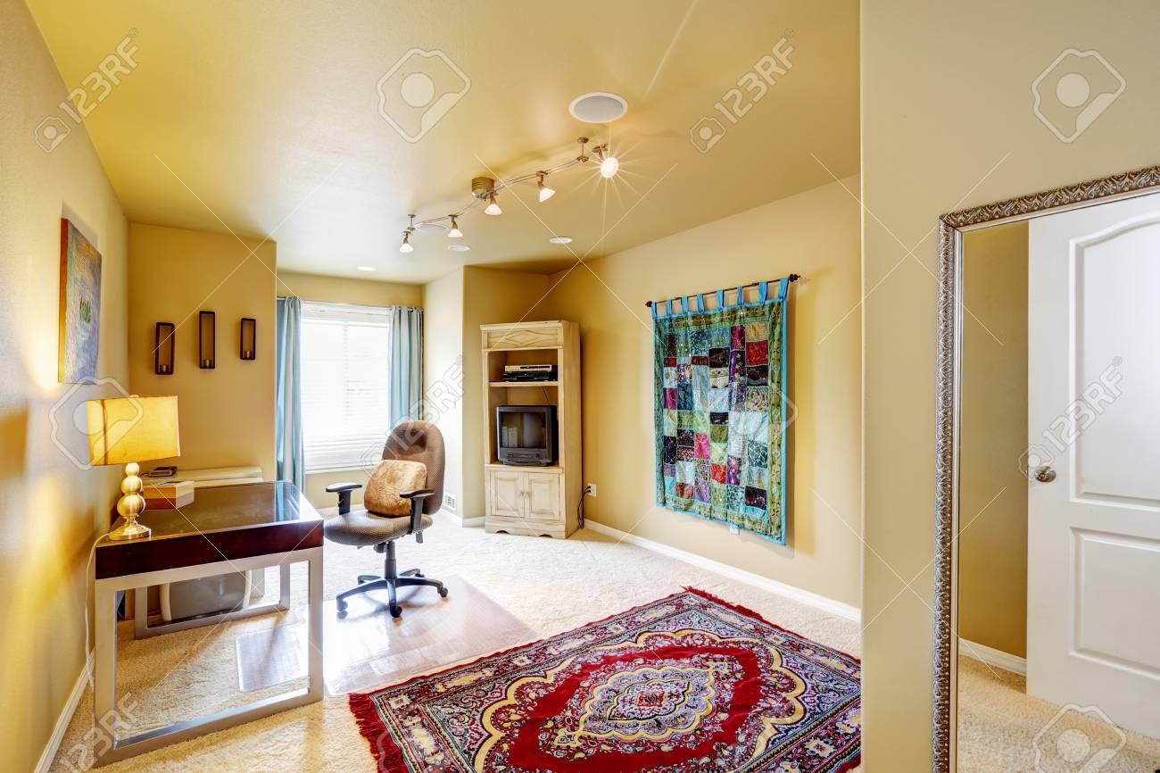 じゅうたんの床に明るい赤いラグ アイボリー色で居心地の良い事務室