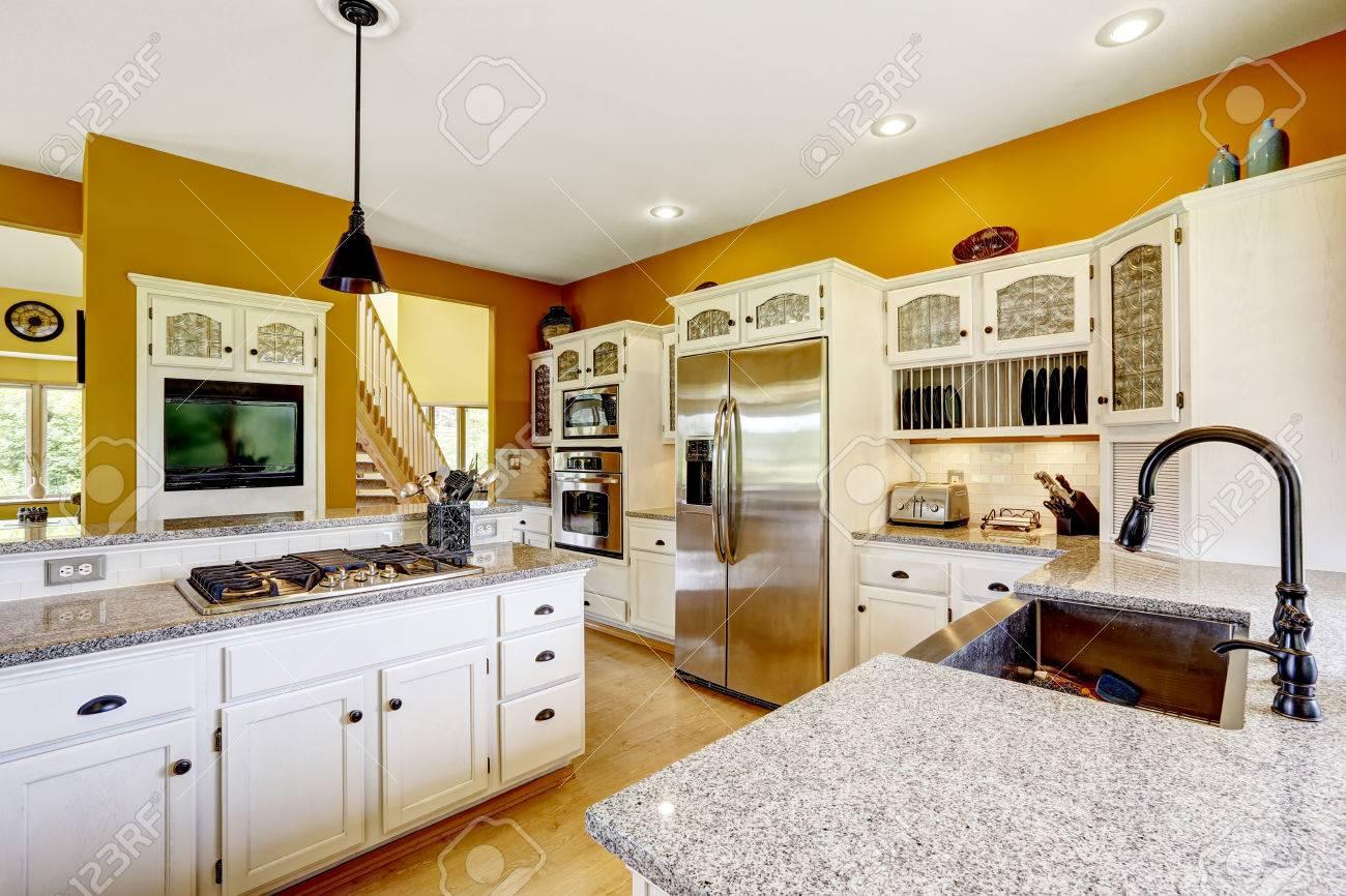 Boerderij interieur. luxe keuken kamer in heldere gele kleur met ...
