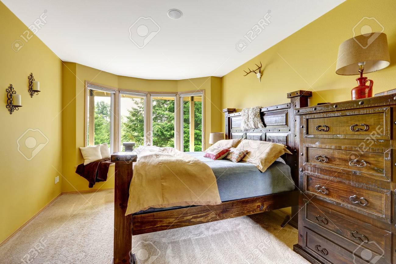 Landhausinnenraum Luxus Schlafzimmer Interieur Schone Holzhochbett Mit Grosse Kommode Lizenzfreie Fotos Bilder Und Stock Fotografie Image 32040577