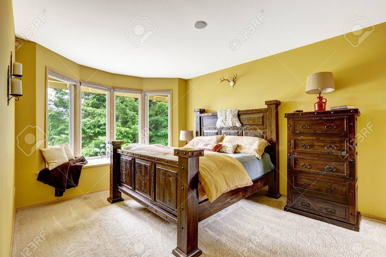 Luxus Schlafzimmer Interieur. Schöne Holzhochbett Mit Große Kommode  Standard Bild