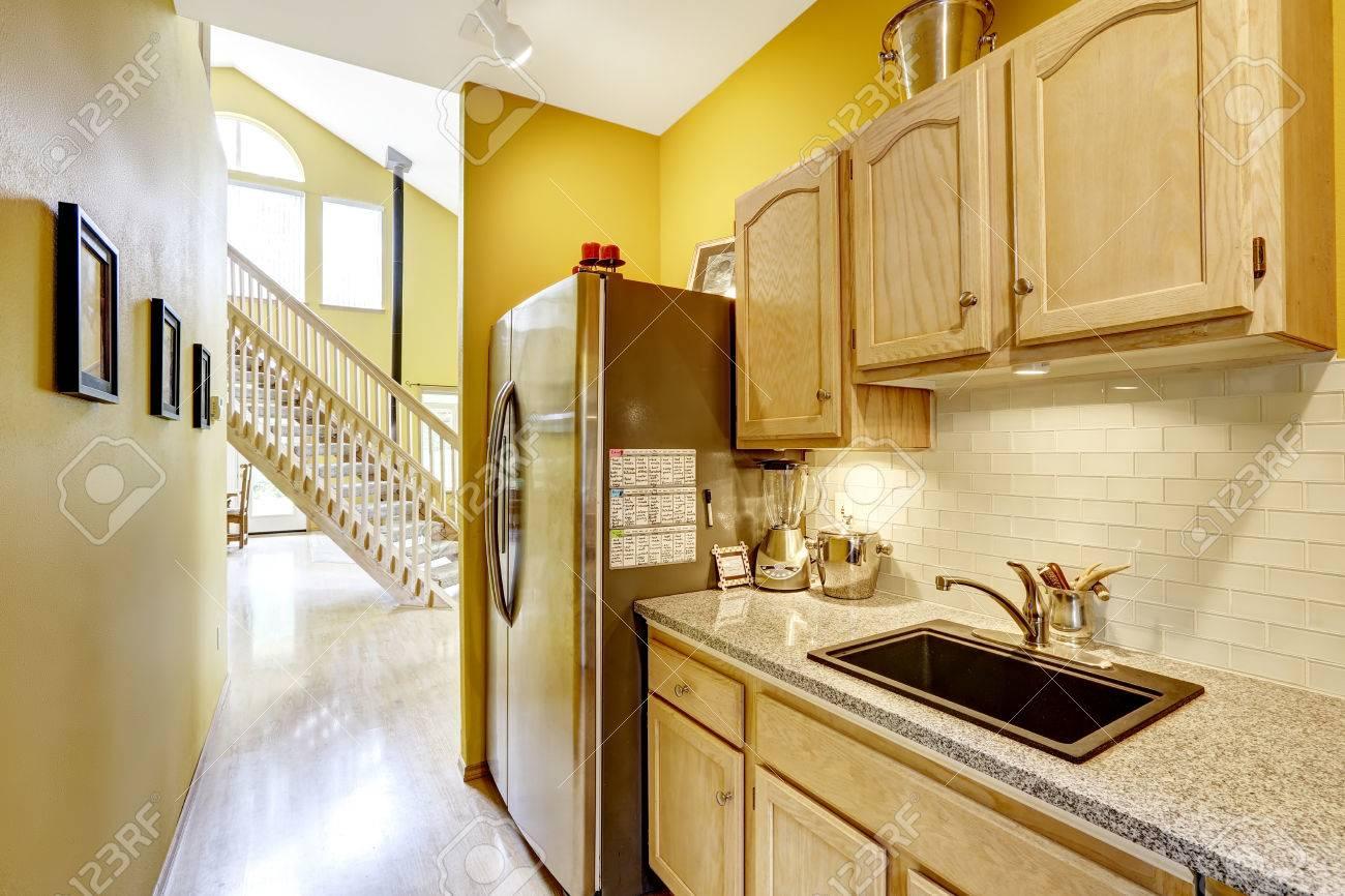 Leuchtend Gelbe Kleine Küche Mit Schränke Aus Holz Und Granit ...