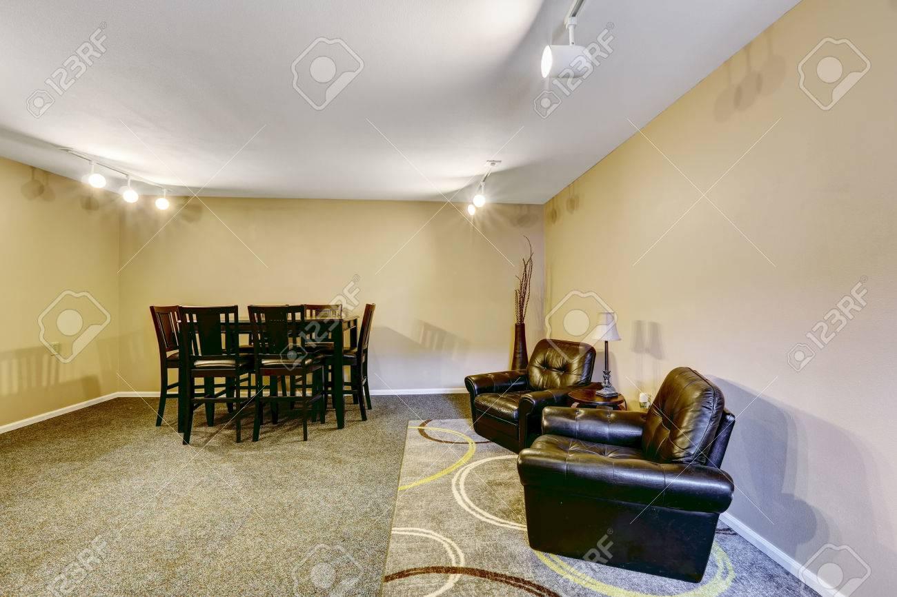 Mesa de comedor Negro establecer y cómoda sala de estar con dos sillones de  cuero