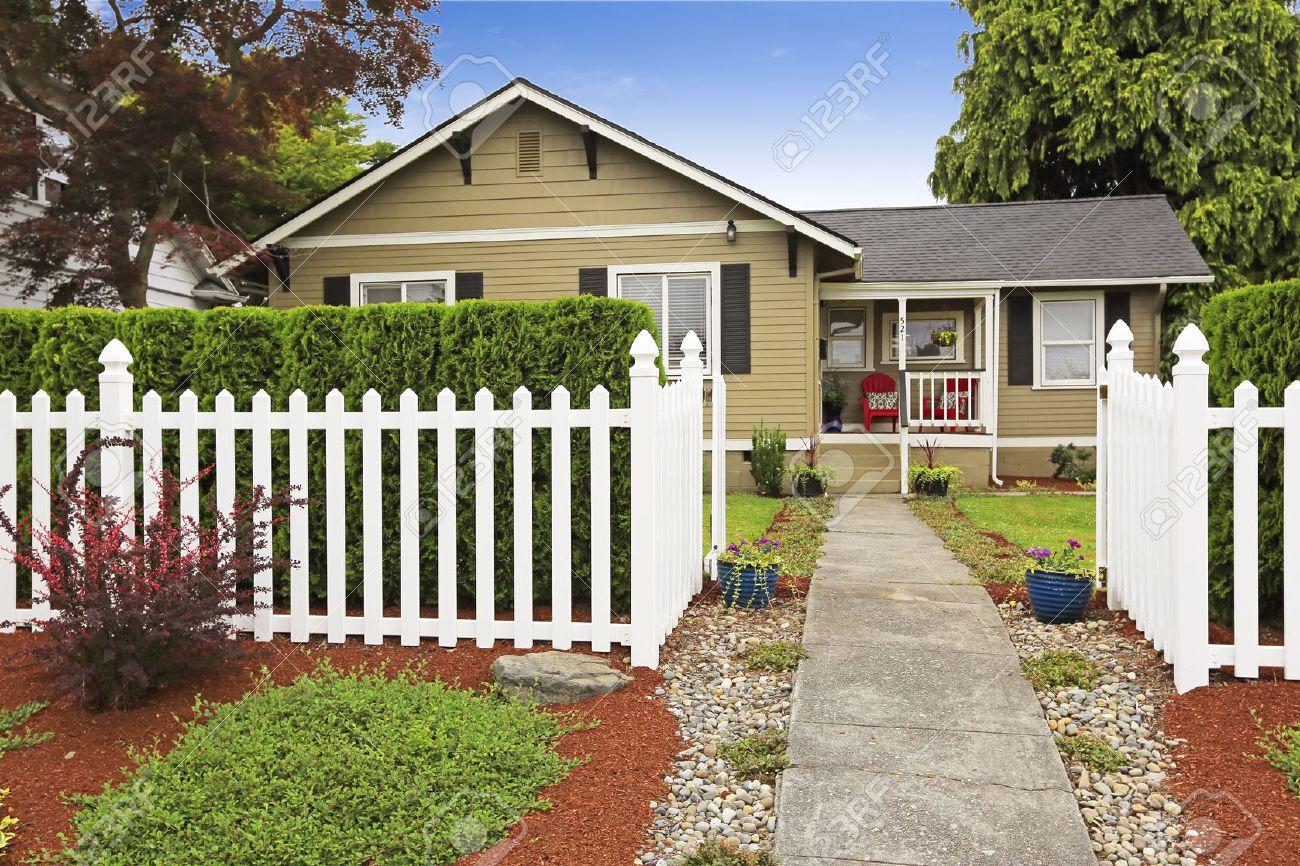 Petite Cloture De Jardin Blanche extérieur de la maison américaine avec appel trottoir. blanc clôture en  bois avec trottoir en béton