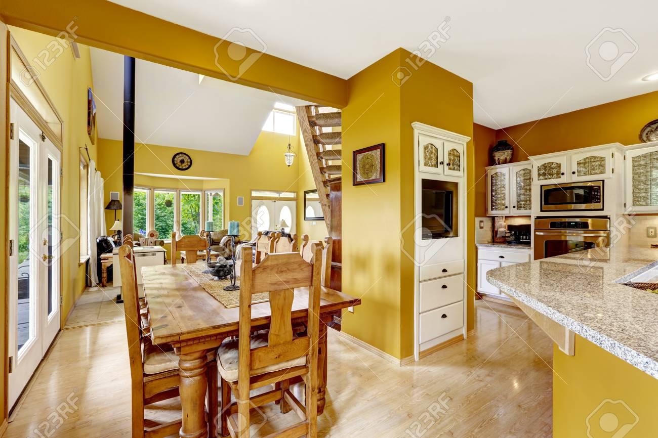 Schöner Bauernhof Haus Innen In Leuchtend Gelbe Farbe. Esstisch Aus ...